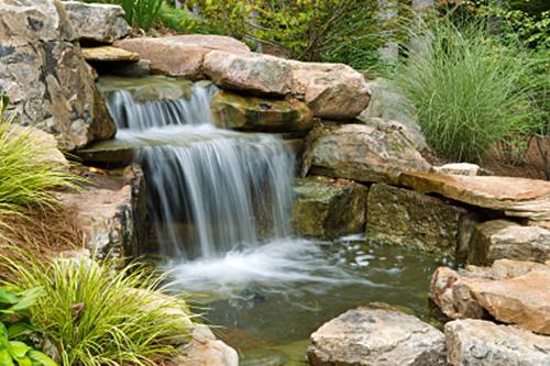 Schwimmteich mit Gartenanlage